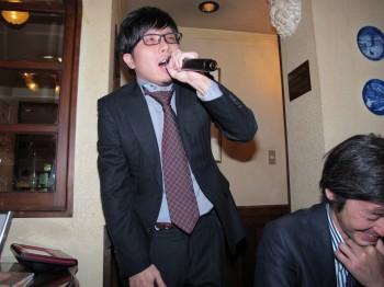 カメラマン肥田ノリノリで歌う